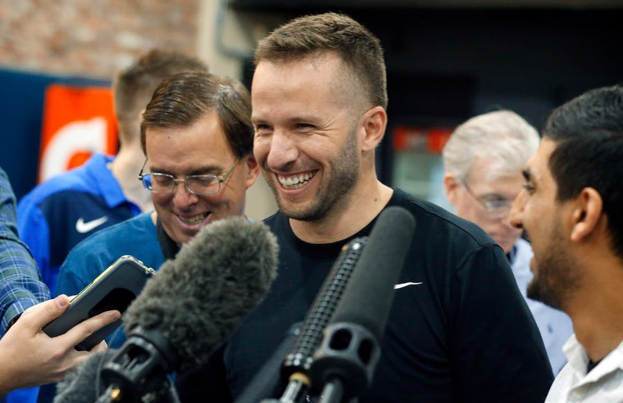 J.J. Barea officially signs one-year deal to return to the Dallas Mavericks | SportsDay